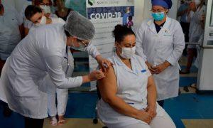 Técnica de enfermagem recebe dose da Coronavac no HCSL